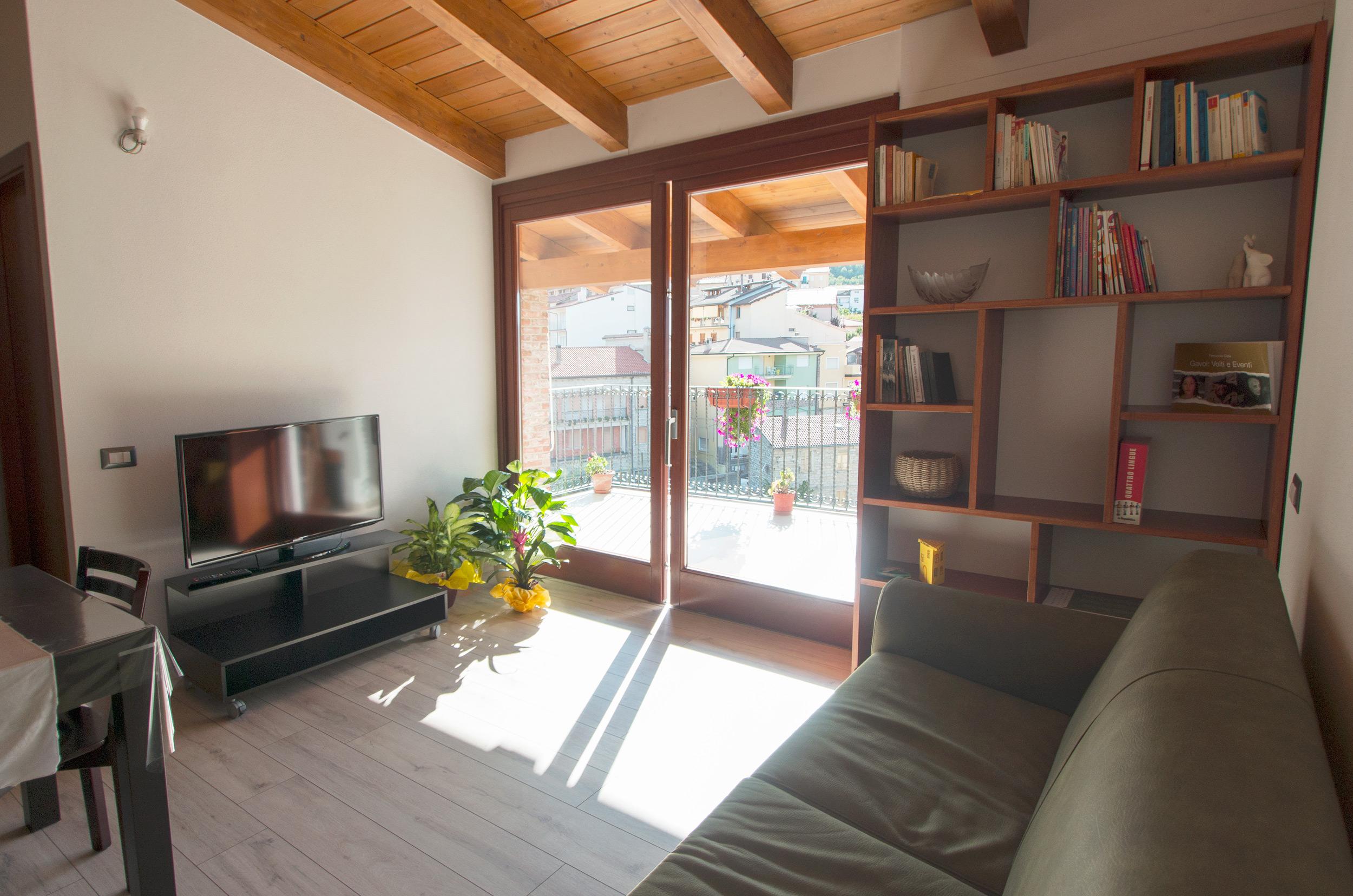 open space - salotto con vetrata